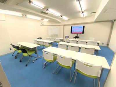 最大18人が座れます!(椅子は最大20脚) 広々使えるのでコロナ禍でも密回避が可能。 また、地下ですが吸気と排気ができるため空気が循環されますので、通常の部屋よりも空気循環率は高いです。 広々利用することができる中規模スペースです! - ブルースペース上野御徒町 貸し会議室の室内の写真