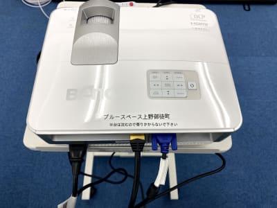 BenQ DLP WXGA短焦点プロジェクター MW632ST ビジネス向けのためパワポ利用最適 ・3,200ルーメン高輝度 ・高コントラスト13,000:1 でメリハリのある引き締まった画質を提供 ・1.5mの短距離で最大100型の大画面投映可能 - ブルースペース上野御徒町 貸し会議室の設備の写真