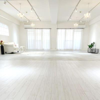 バルコニーにコンセント有り。外にストロボ設置して自然光風に自由自在。 - Studio Emma レンタルスペース 撮影スタジオの室内の写真