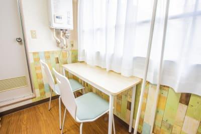 窓側に配置した例です。 - 会議室「GreenAce2」 貸し会議室の室内の写真