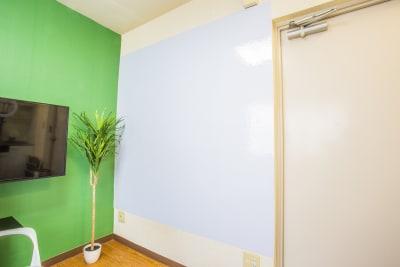 壁一面をホワイトボードシートにしまた。 お子様のお絵描きにも利用してください。 - 会議室「GreenAce2」 貸し会議室の室内の写真