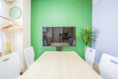 4名様がゆったりとお打合せできるスペースとなっております。 - 会議室「GreenAce2」 貸し会議室の室内の写真