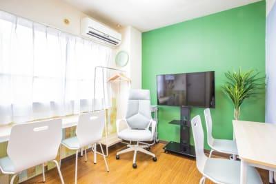 テーブルもセパレートできますので、こんな配置も可能です。 - 会議室「GreenAce2」 貸し会議室の室内の写真