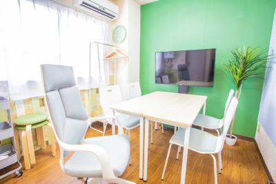 ゆったりとしっかりとお仕事に没頭できるようにオフィスチェアを一脚ご用意いたしました。 - 会議室「GreenAce2」 貸し会議室の室内の写真