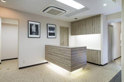 お越しになりましたら、まずはこちらの受付までお声掛けください。 - 新宿アントレサロン コワーキングスペース D席の室内の写真