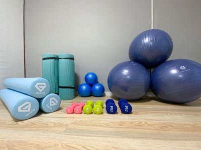 バランスボール、ヨガマット、ヨガポール、ダンベルを3つずつご用意しています。 - キャンズ@大須 レンタルスペースの設備の写真