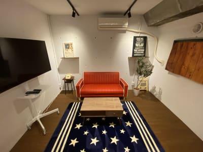 2種類の床デザインでそれぞれの雰囲気を使い分けられます。 こちらは少しウッディでシックなイメージ。 - アメリカンダイナースタジオ戸越 撮影向きレンタルスペースの室内の写真