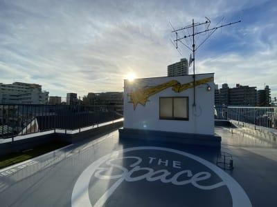 東京を一望する屋上もご利用可能です。 他のスタジオご利用者様との共用になりますので譲り合ってお使いください。 - アメリカンダイナースタジオ戸越 撮影向きレンタルスペースの室内の写真