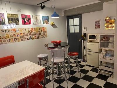 冷蔵庫と電子レンジ、食器類も完備しています。撮影後の打ち上げにアメリカンダイナーをそのままお使い頂けます。 ※食器類は数量に限りがありますのでご了承ください。 - アメリカンダイナースタジオ戸越 撮影向きレンタルスペースの室内の写真