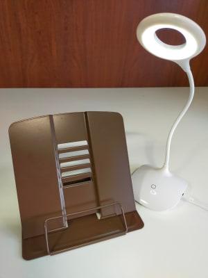 ズーム会議や配信主の方用にタブレットスタンドと円形照明もご用意しております。 - レンタルルーム[シアター] 防音レンタルルームの設備の写真