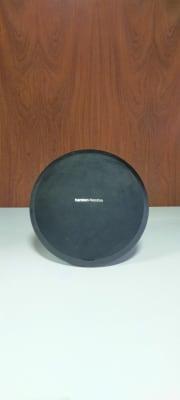 Harman KardonのBluetoothスピーカー、スマホやノートPCから重低音の聞いた大音量出力可能。 - レンタルルーム[シアター] 防音レンタルルームの設備の写真