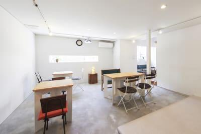真っ白なギャラリースペースは、座席も利用できます。 - KATACHI ギャラリー付きレンタルスペースの室内の写真