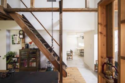 入り口の奥には真っ白なギャラリースペース。木と白でほっこり。 - KATACHI ギャラリー付きレンタルスペースの室内の写真