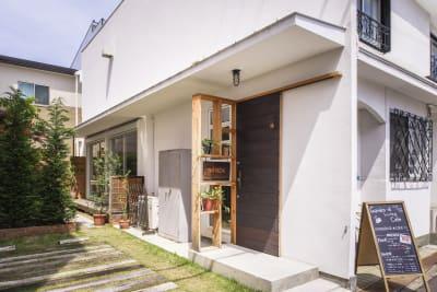 小さな庭や、看板も無料で利用いただけます。 - KATACHI ギャラリー付きレンタルスペースの入口の写真