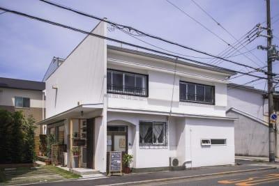 趣のある一軒家の一階フロアを貸し出します。 - KATACHI ギャラリー付きレンタルスペースの外観の写真