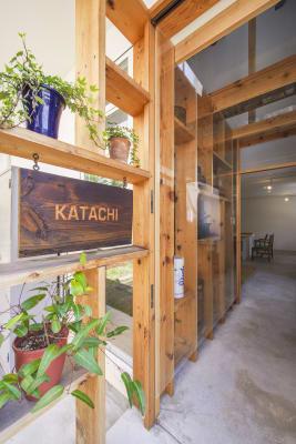 木のぬくもりが優しい。 - KATACHI ギャラリー付きレンタルスペースの入口の写真