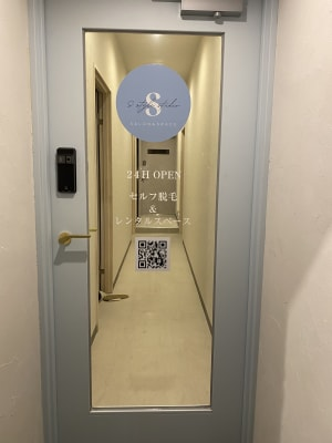 S style studio栄錦 一面鏡貼り防音ルームの入口の写真