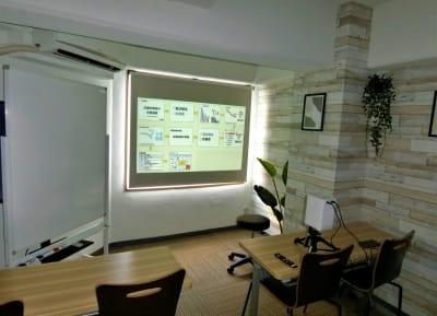 プロジェクタ(ロールスクリーン、HDMIケーブル付、三脚付き) - ComfortSpace上野I レンタルスペースの室内の写真