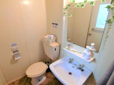 洋式トイレ。流水音発生装置もついてます。 - ComfortSpace上野I レンタルスペースの室内の写真