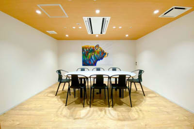 【熊の間】ホワイトボードあります。 - ATOMica 貸し会議室【大会議室】の室内の写真