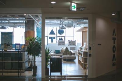 施設外観 - ATOMica 貸し会議室【大会議室】の室内の写真