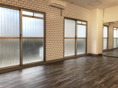 巨大な大開口窓が公園に面しているので、換気通風バッチリです。レンタルスタジオULTRA。 - レンタルスタジオ ウルトラ Studio ULTRAの室内の写真