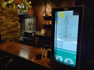 バーカウンター 脇の冷蔵庫もご利用頂けます。 - Rental room CASK カラオケ付きレンタルルームの設備の写真