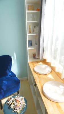 奥の窓際スペースには小道具としても使える書籍やインテリアが。ひだまりの中で楽しむ読書もおすすめです。 - プレオープンPolano渋谷神泉 撮影配信パーティースペースの室内の写真