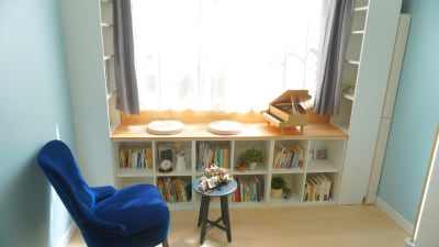 ウィンドウベンチやゆったり座れるチェアでくつろいだり、雰囲気のある撮影ができますり - プレオープンPolano渋谷神泉 撮影配信パーティースペースの室内の写真