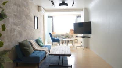 雰囲気の異なる空間を使い分けることができます。ライブ配信・動画撮影・パーティー利用などができます。 - プレオープンPolano渋谷神泉 撮影配信パーティースペースの室内の写真