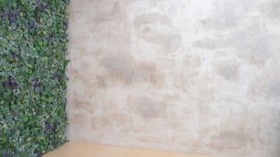 スライド壁の下地の面はエイジングを施した手作りの漆喰壁です。 - プレオープンPolano渋谷神泉 撮影配信パーティースペースの室内の写真