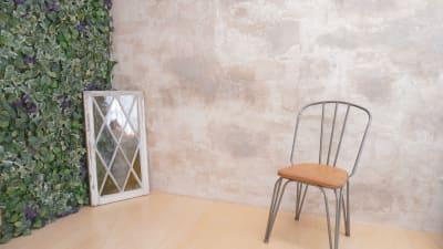 グリーンをあしらった面と漆喰の壁の組み合わせです。小道具のアンティーク窓枠は実際にアメリカの建築物で使用されていたものです。 - プレオープンPolano渋谷神泉 撮影配信パーティースペースの室内の写真
