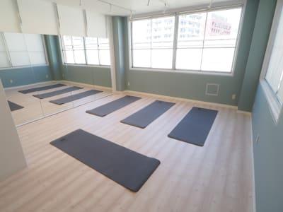 ヨガマット四枚完備 - 【NEW】横浜元町ダンススタジオ 撮影・ヨガ・ワークショップの室内の写真