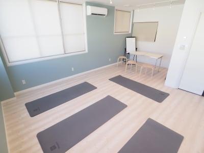 奥にミーティングスペース - 【NEW】横浜元町ダンススタジオ 撮影・ヨガ・ワークショップの室内の写真
