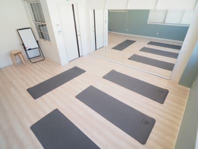 少人数のエクササイズに最適 - 【NEW】横浜元町ダンススタジオ 撮影・ヨガ・ワークショップの室内の写真