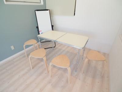 折り畳みテーブル、椅子4脚、ホワイトボード完備 - 【NEW】横浜元町ダンススタジオ 撮影・ヨガ・ワークショップの設備の写真