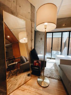 全身鏡と間接照明と雑誌 - ATELIER EE 撮影スタジオの設備の写真