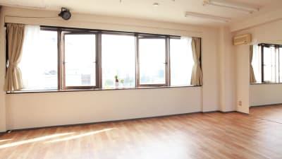南側の大きな窓から暖かな陽射しがさしこみます。 - 大宮とらのスタジオ 大宮とらのスタジオ 与野店・3階の室内の写真