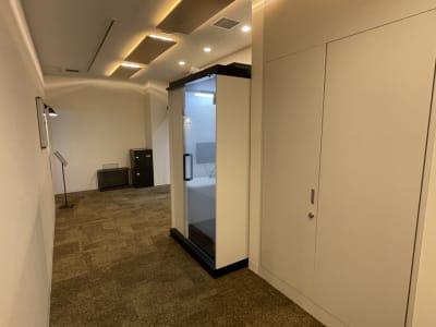 ブース外観(すりガラスOFF) - テレワークブース品川Ⅱ 高輪エンパイヤビルの室内の写真