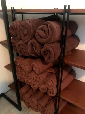 バスタオルは棚に常備しておりますが、もし足りない場合は共有スペースの乾燥機から取り出してお使い下さい。余り分は畳んで棚にお戻し下さい。 - PHスタジオ 荻窪駅徒歩1分!マッサージルームの室内の写真