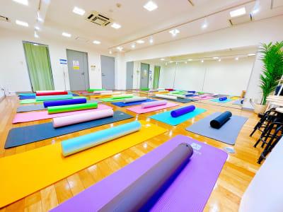 ヨガマットは最大で17枚ほど敷くことができます - レンタルスタジオOLI  三鷹店 中規模タイプ スタジオオリ2号店の室内の写真