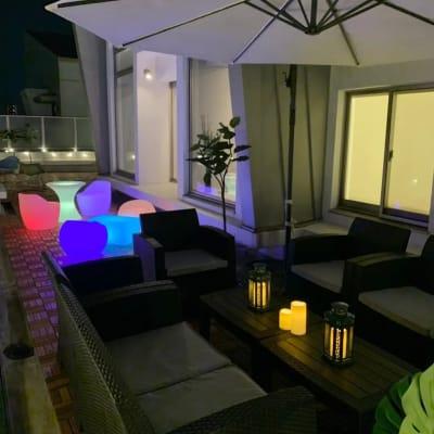 夜は、ネオンが映えるテラス席 - マイスペ+なんば テラス付きパーティースペースの室内の写真