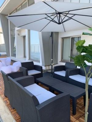 お昼はリゾート風なテラス。ガーデンテーブルセット8席 - マイスペ+なんば テラス付きパーティースペースの室内の写真