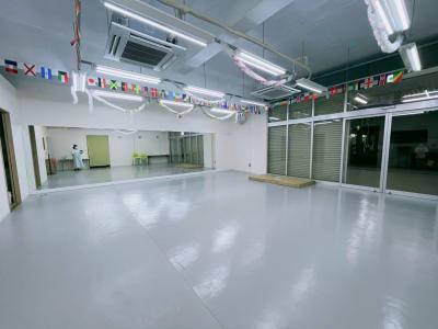 80㎡ バレエ用リノリウム床 ほぼ四角形、グループレッスン使いやすい - 蕨レンタルダンススタジオ 蕨バレエ ヨガダンススタジオの室内の写真