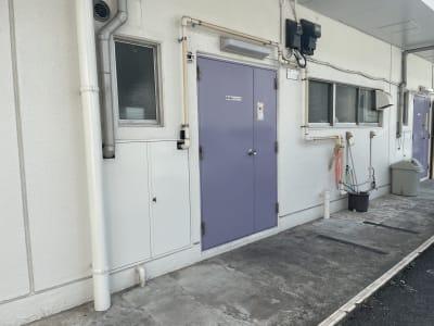 店舗の裏のドアから入る - 蕨レンタルダンススタジオ 蕨バレエ ヨガダンススタジオの入口の写真