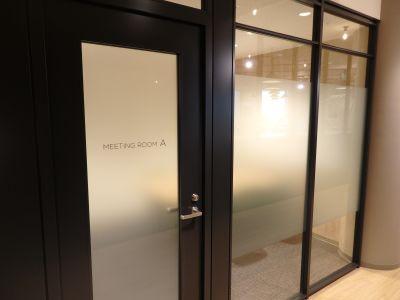 fabbit広島駅前 ミーティングルーム・4名用(ソファ席)の入口の写真