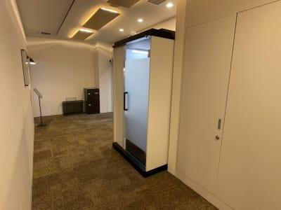 ブース外観(すりガラスON) - テレワークブース品川Ⅱ 高輪エンパイヤビルの室内の写真
