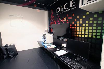 PC1台、カラオケが1台、マイクが2本設置しております。 - DiCE仙台店 カラオケルーム(4名定員A)の室内の写真