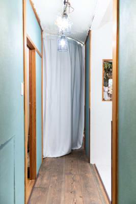 カーテンレールで部屋の一室は完全に締め切る事が出来ます。 - アラキハイム フォトスタジオの設備の写真