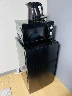電子レンジ(オーブン機能はございません) 冷蔵庫(冷凍機能もございます) - SMILE+ドルチェ元町 キッチン付きパーティルームの室内の写真